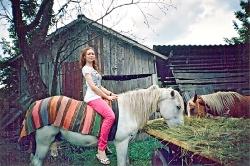 На таких гарних конях їздять дівчата — козачки