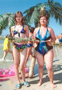 Трохи екзотики: море, пальми і... хамелеончик на руках.