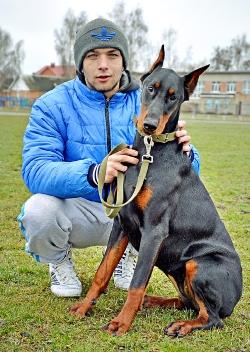 Житомирянин Сергій Хиля зі своєю улюбленицею Лорою породи доберман